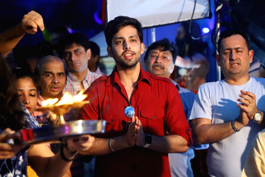 Actor Himansh Kohli offers prayers to Lord Ganesha ahead of idol immersion in Mumbai on Sep 12, 2019. - Himansh Kohli