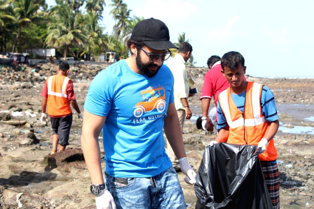 Actor Jackky Bhagnani during a Beach Clean Up programme organaised by BMC at Chimbai Beach in Mumbai, on June 18, 2017. - Jackky Bhagnani