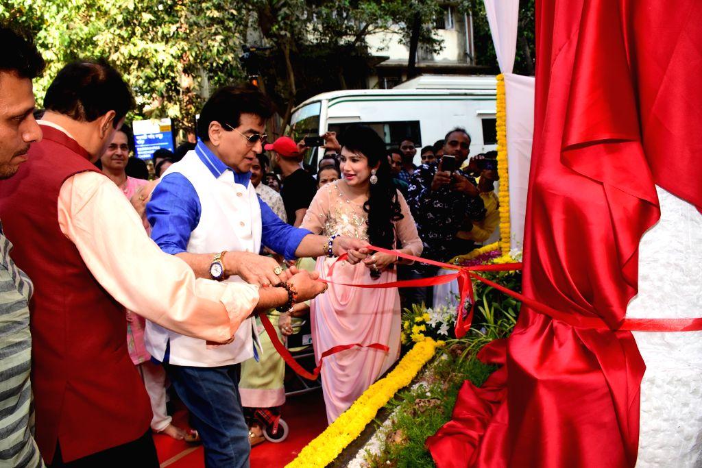 Actor Jeetendra inaugurates the 'Padmashri Mahendra Kapoor Chowk', in Mumbai on April 25, 2019. - Jeetendra