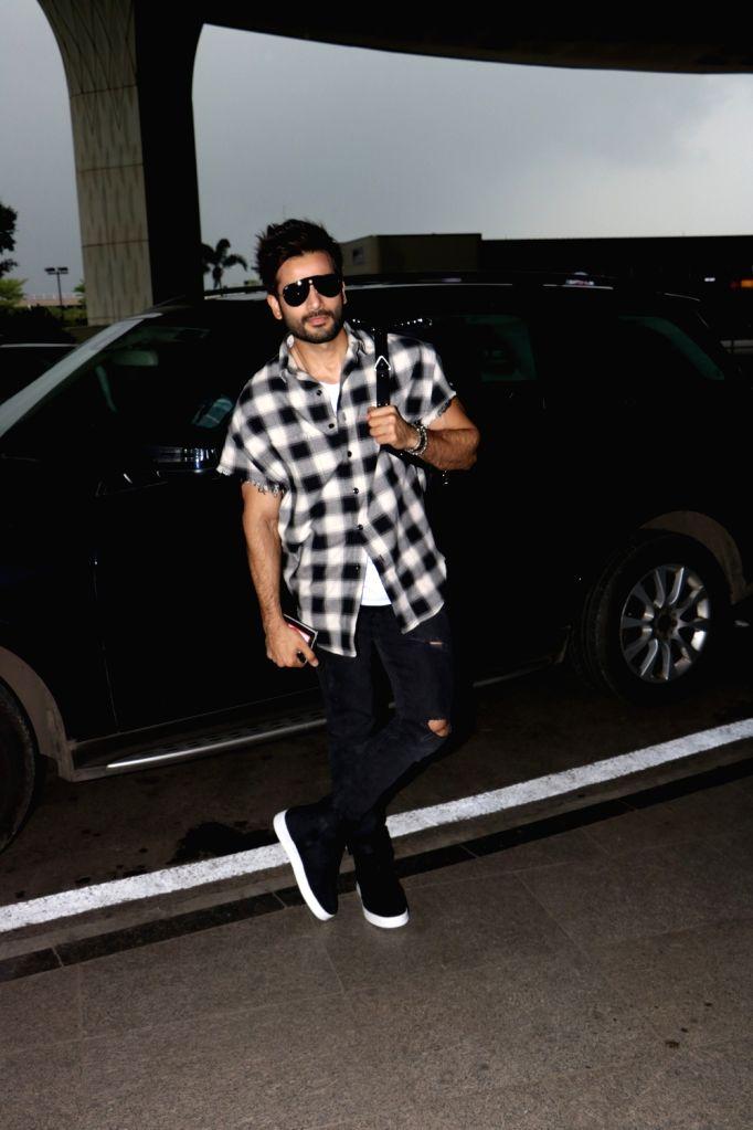 Actor Karan Tacker spotted at Chhatrapati Shivaji Maharaj International airport in Mumbai. - Karan Tacker