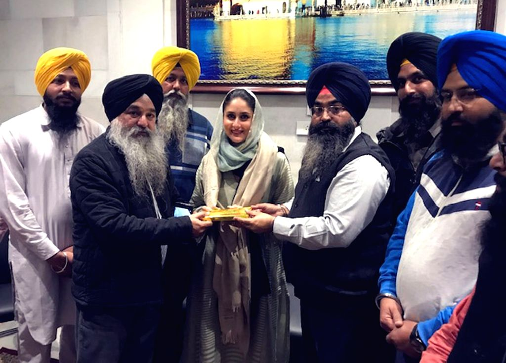Actor Kareena Kapoor Khan being honored by SGPC offcials after offer prayer at Golden temple in Amritsar on Dec 2, 2019. - Kareena Kapoor Khan
