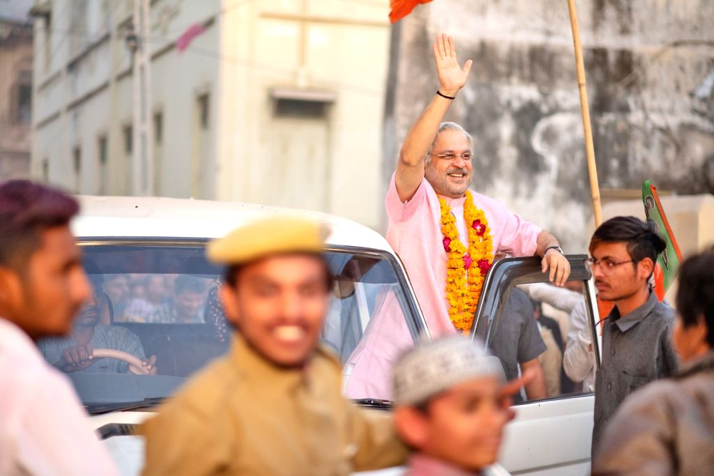 "Actor Mahesh Thakur depicts as Prime Minister Narendra Modi during the shooting of the upcoming web series on Prime Minister Narendra Modi's life ""Modi: The Journey Of A Common ... - Mahesh Thakur and Narendra Modi"