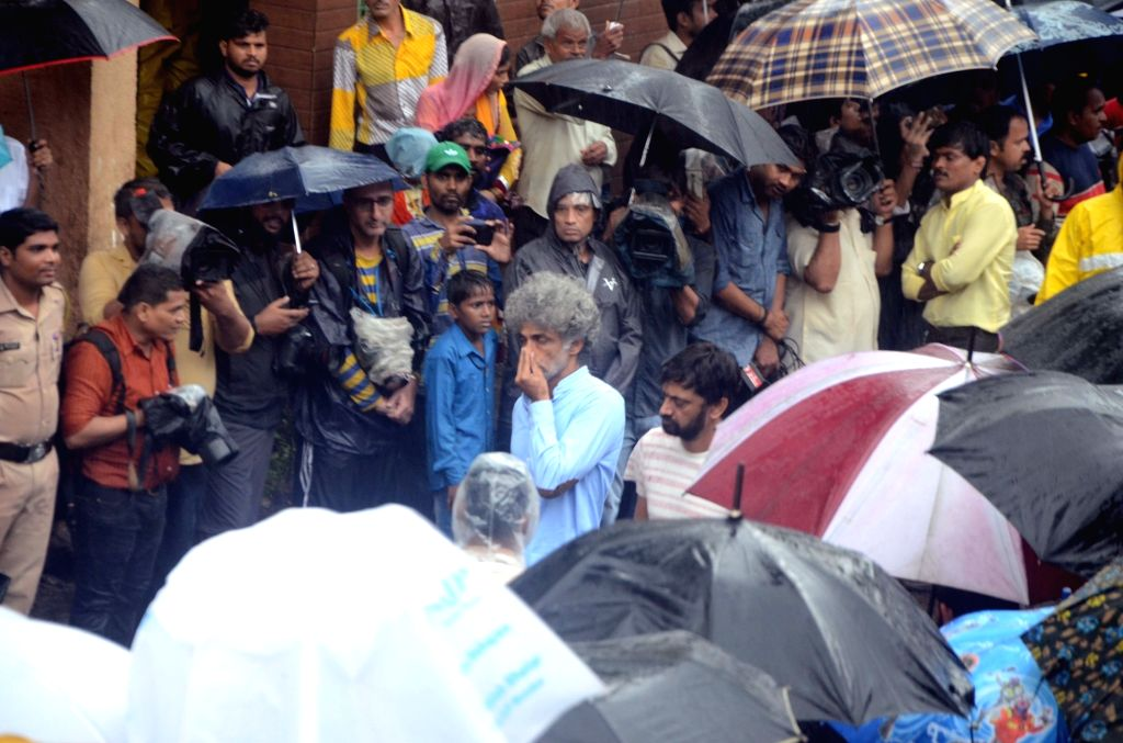 Actor Makarand Deshpande attends the funeral of late actor-filmmaker Shashi Kapoor in Mumbai on Dec 5, 2017. The romantic screen icon of the 1970s and early 1980s died aged 79. The cause of ... - Makarand Deshpande and Shashi Kapoor