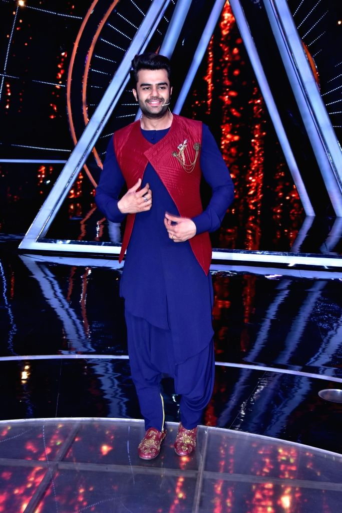 """Actor Maniesh Paul on the sets of singing reality show """"Indian Idol 10"""" in Mumbai on Sept 11, 2018. - Maniesh Paul"""