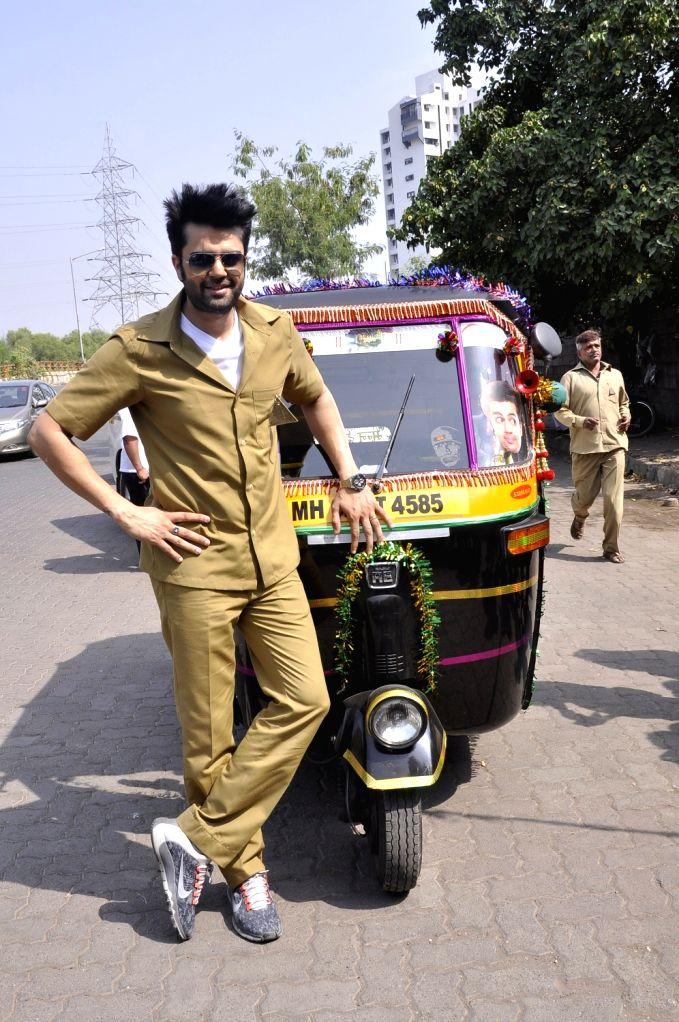 Actor Manish Paul turns autorickshaw driver for Mission sapne, on Nov 2, 2015.