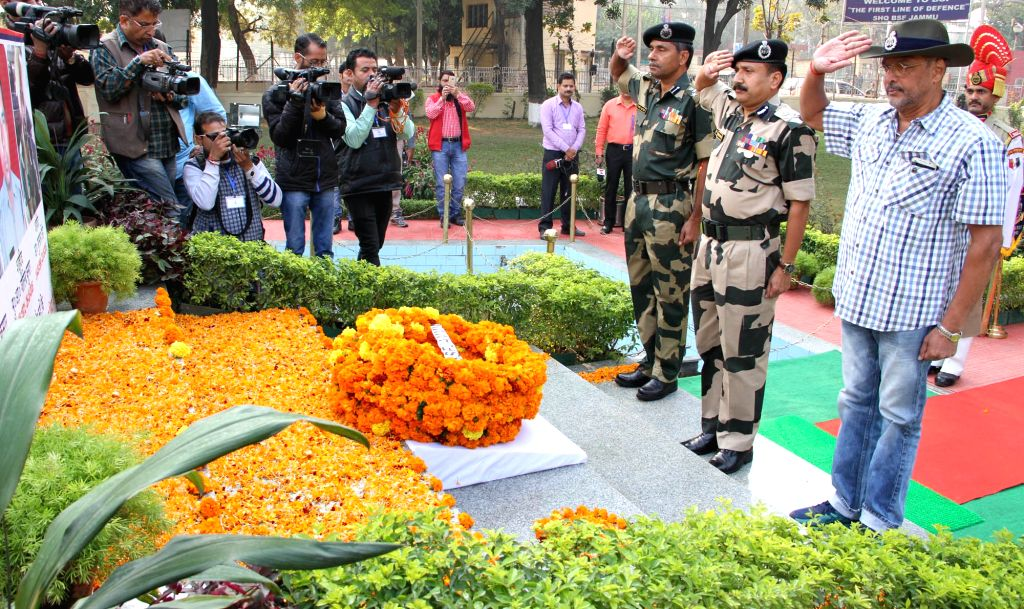 Actor Nana Patekar pays tribute to the martyr who laid their lives while saving the nation in cross border firing at BSF Headquarters in Jammu on Nov 16, 2016. - Nana Patekar