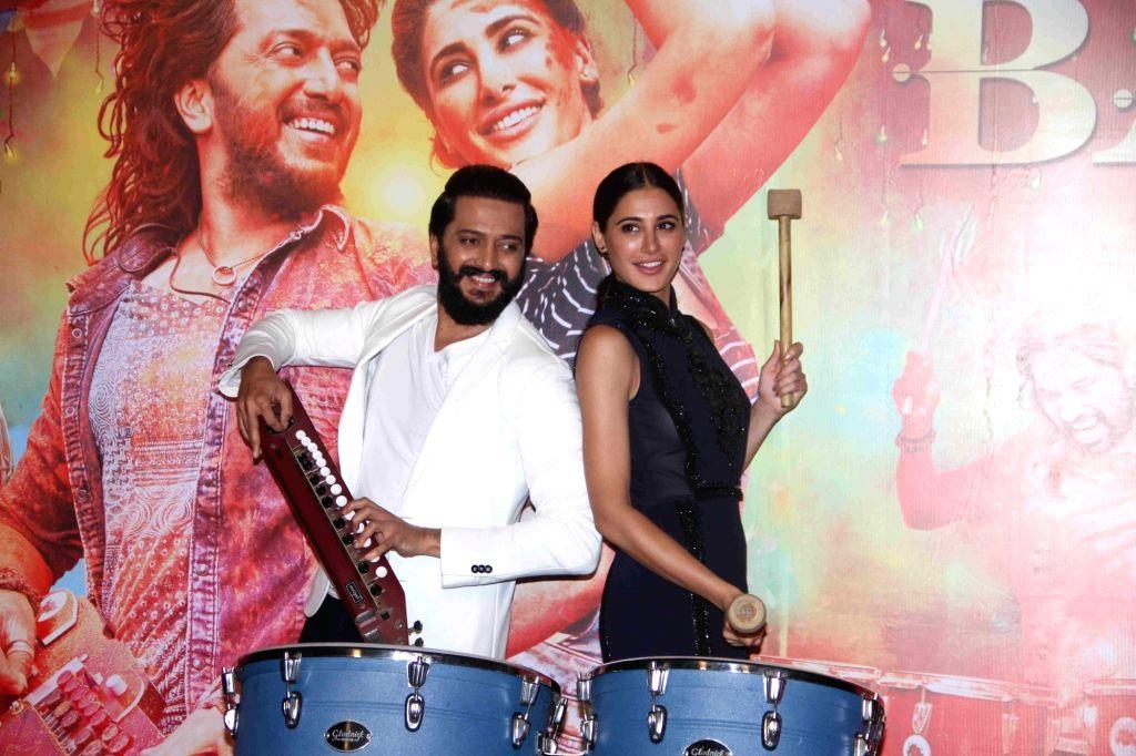 Actor Nargis Fakhri and actor Riteish Deshmukh during the trailer launch of film Banjo, in Mumbai, India on August 9, 2016. - Nargis Fakhri and Riteish Deshmukh