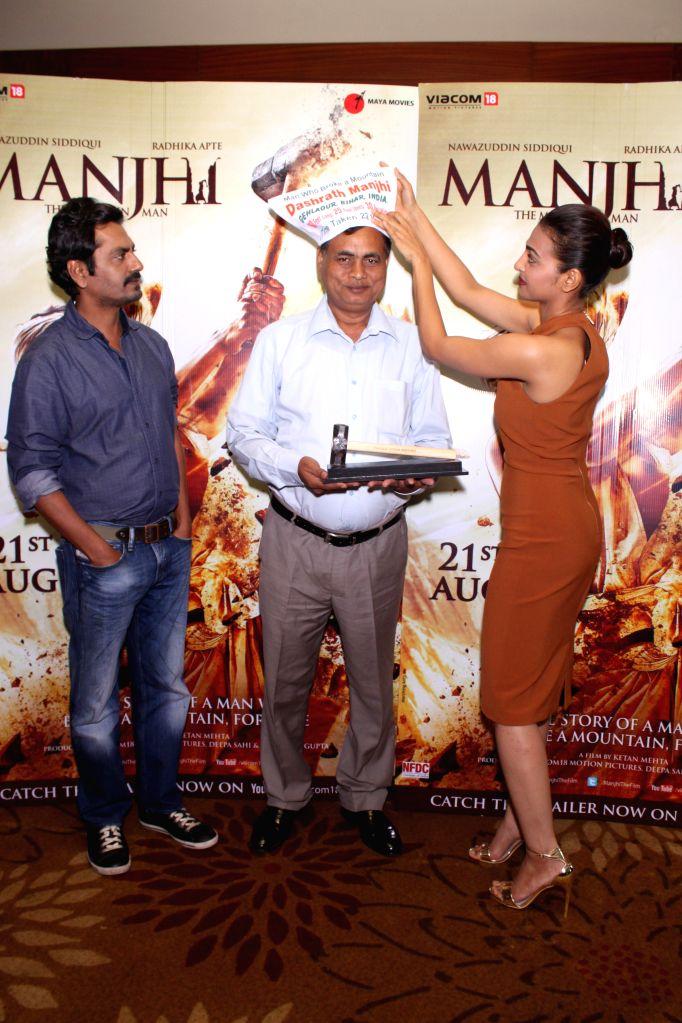 Actor Nawazuddin Siddiqui and actress Radhika Apte during the promotion of film Manjhi- The Mountain Man, in New Delhi, on Aug 18, 2015. - Nawazuddin Siddiqui