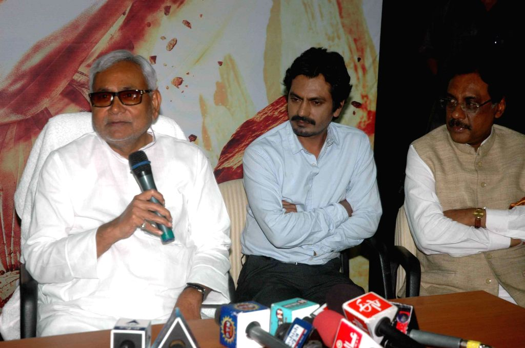 Actor Nawazuddin Siddiqui meet the Bihar Chief Minister Nitish Kumar to promote their upcoming film `Manjhi: The Mountain Man` in Patna on Aug 17, 2015. - Nawazuddin Siddiqui