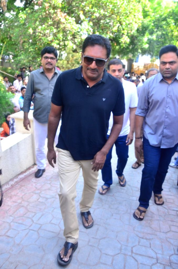 Actor Prakash Raj pays last respect to Dasari Narayana Rao at his residence. - Prakash Raj and Dasari Narayana Rao