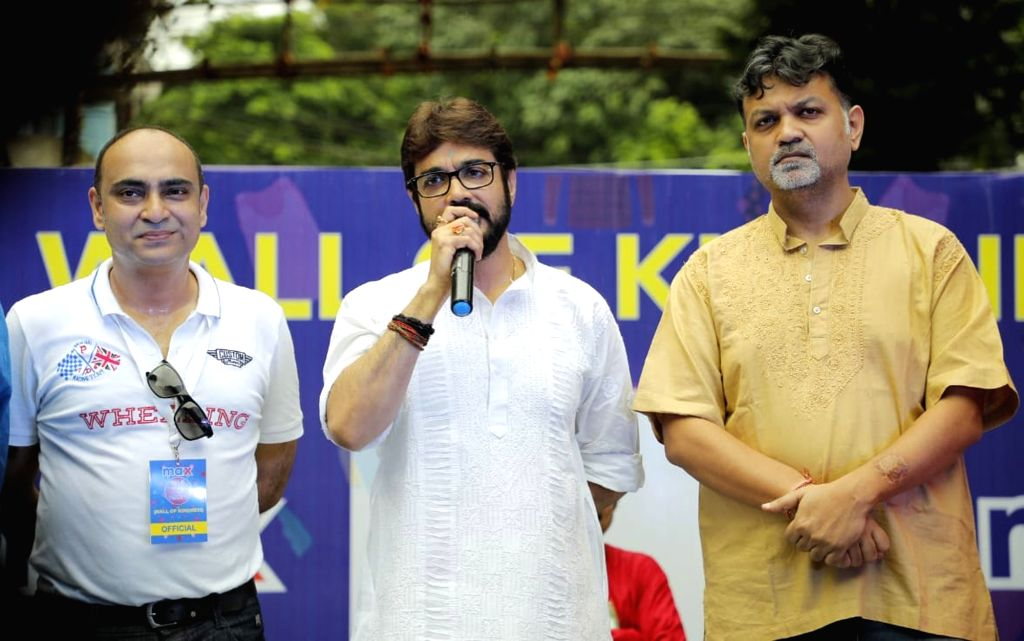 Actor Prasenjit Chatterjee accompanied by film director Srijit Mukherji, addresses during a programme organised to unveil ???Wall of Kindness???, an initiative to brighten the lives of ... - Prasenjit Chatterjee