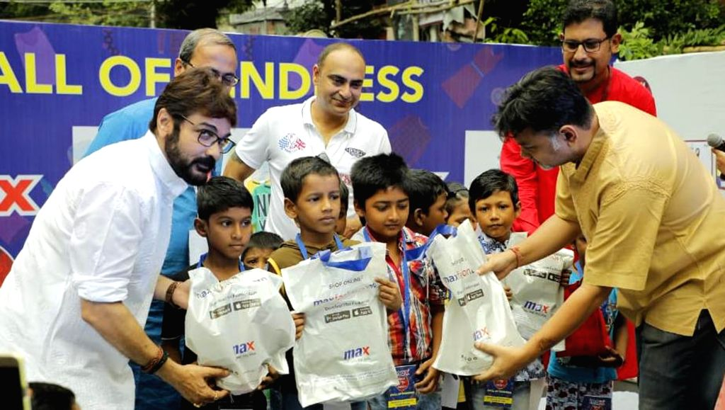 Actor Prasenjit Chatterjee and film director Srijit Mukherji unveil 'Wall of Kindness' an initiative to brighten the lives of underprivileged children ahead of Durga Puja celebrations, in ... - Prasenjit Chatterjee