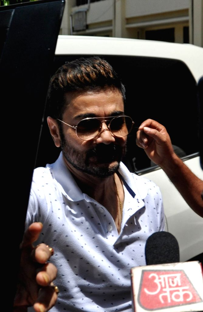 Actor Prasenjit Chatterjee arrives to appear before the Enforcement Directorate (ED) in connection with Rose Valley chit fund case at CGO Complex in Kolkata on July 19, 2019. - Prasenjit Chatterjee