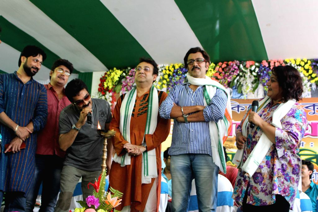 Actor Prasenjit Chatterjee with singer Jojo and others during a programme organised to pay tribute to the legendary singer Kishore Kumar on his birth anniversary celebrations in Kolkata, on ... - Prasenjit Chatterjee