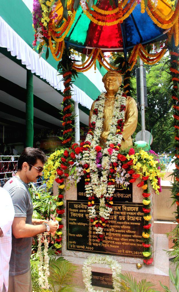 Actor Prosenjit Chatterjee pays tribute to the legendary singer Kishore Kumar on his birth anniversary celebrations in Kolkata, on Aug 4, 2015. - Prosenjit Chatterjee