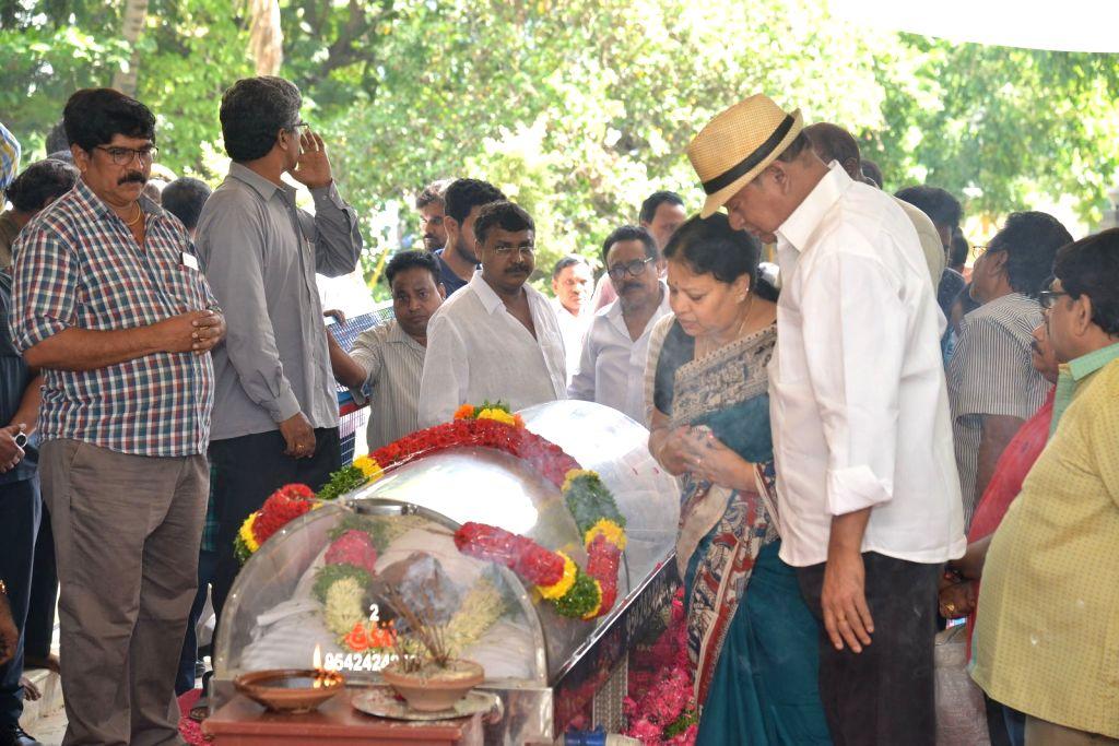 Actor Rajendra Prasad pays last respect to Dasari Narayana Rao at his residence. - Rajendra Prasad and Dasari Narayana Rao