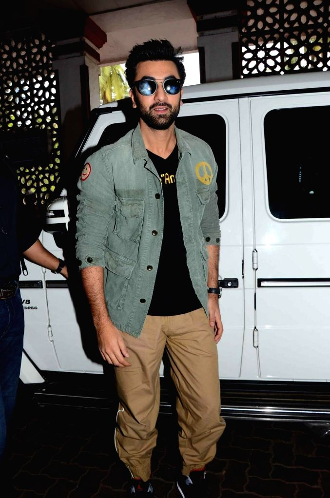 Actor Ranbir Kapoor at Mumbai Central railway station travelling to Delhi during the promotion of film Tamasha on Nov 23,2015. - Ranbir Kapoor