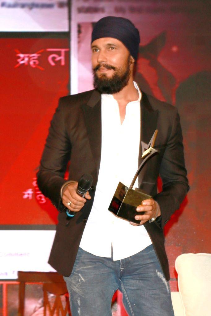 "Actor Randeep Hooda at the ""Lloyd Outlook Social Media Awards"" ceremony in New Delhi on Oct 5, 2016. - Randeep Hooda"