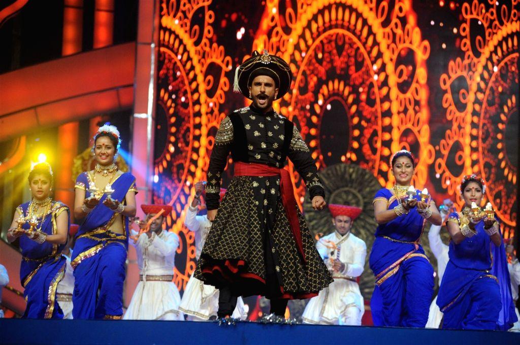 Actor Ranveer Siingh performs during the Umang Mumbai Police Show 2016 in Mumbai, on Jan 19, 2016. - Ranveer Siingh