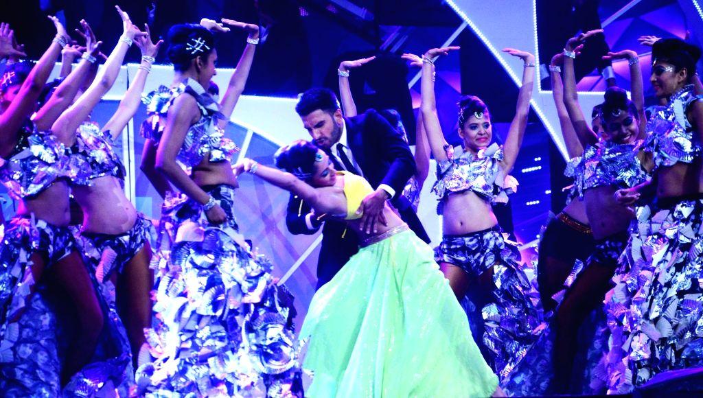 Actor Ranveer Singh performs during the 61st Britannia Filmfare Awards in Mumbai on January 15, 2016. - Ranveer Singh