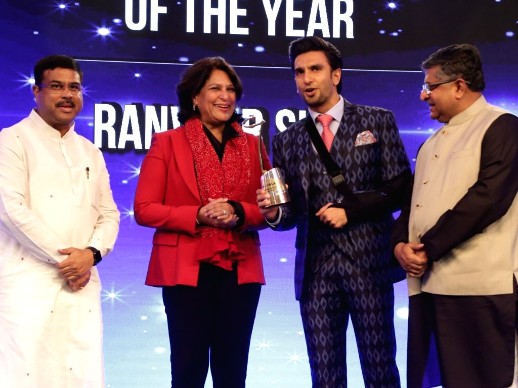 """Actor Ranveer Singh receives """"Entertainment er of the Year"""" award at the India Business er Awards in New Delhi on April 6, 2018. Also seen Union Ministers Ravi Shankar ... - Ranveer Singh, Ravi Shankar Prasad and Dharmendra Pradhan"""