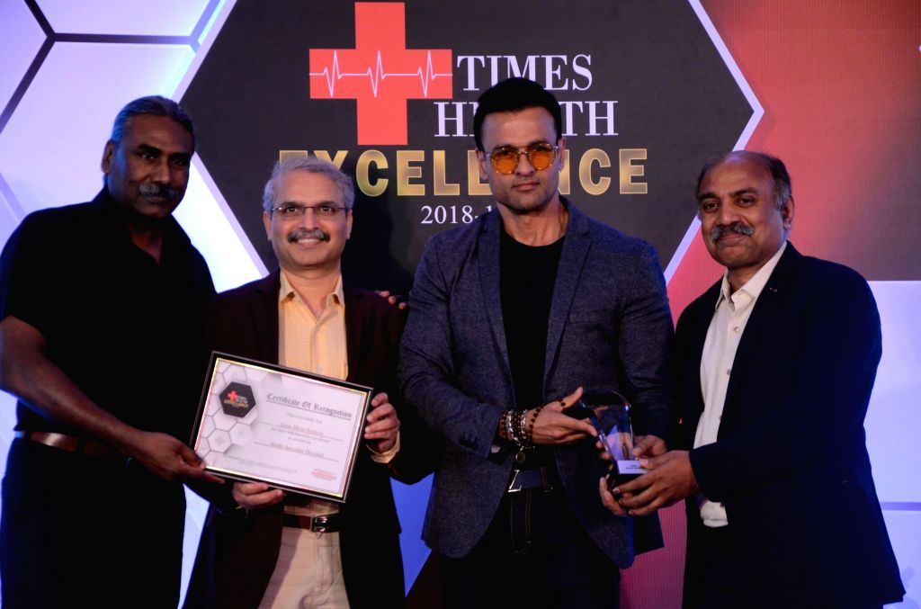 Actor Rohit Roy felicitates a doctor from the Asian Heart Institute during Times Health Excellence panel discussion in Mumbai, on May 31, 2019. - Rohit Roy