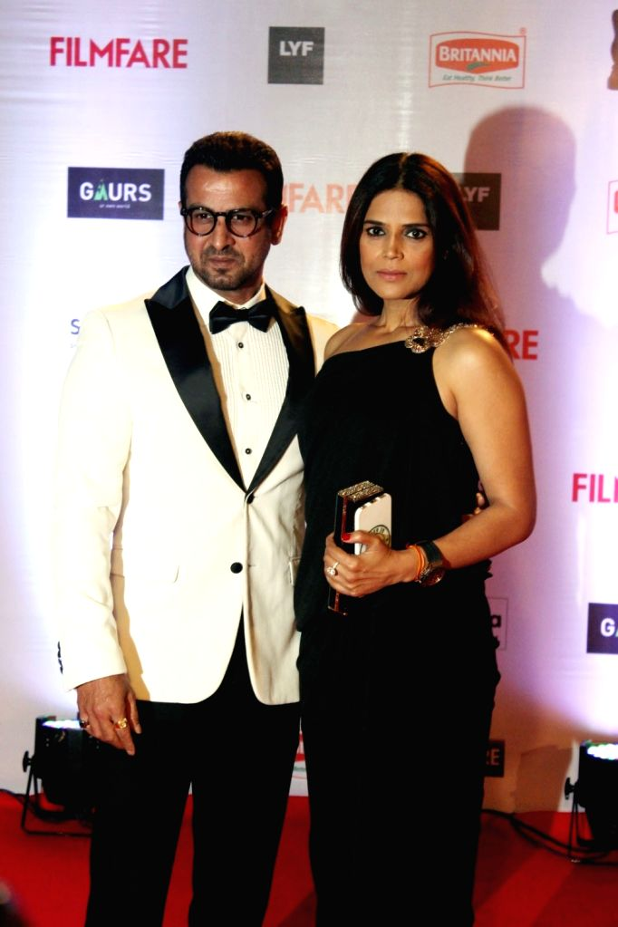 Actor Ronit Roy with his wife Neelam Singh during the 61st Britannia Filmfare Awards in Mumbai on January 15, 2016. - Ronit Roy and Neelam Singh