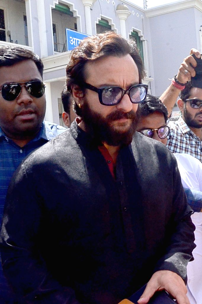 Actor Saif Ali Khan arrives to appear before Jodhpur's Chief Judicial Magistrate (CJM) Rural Court in connection with the hearing in black buck poaching case, on April 4, 2018. - Saif Ali Khan