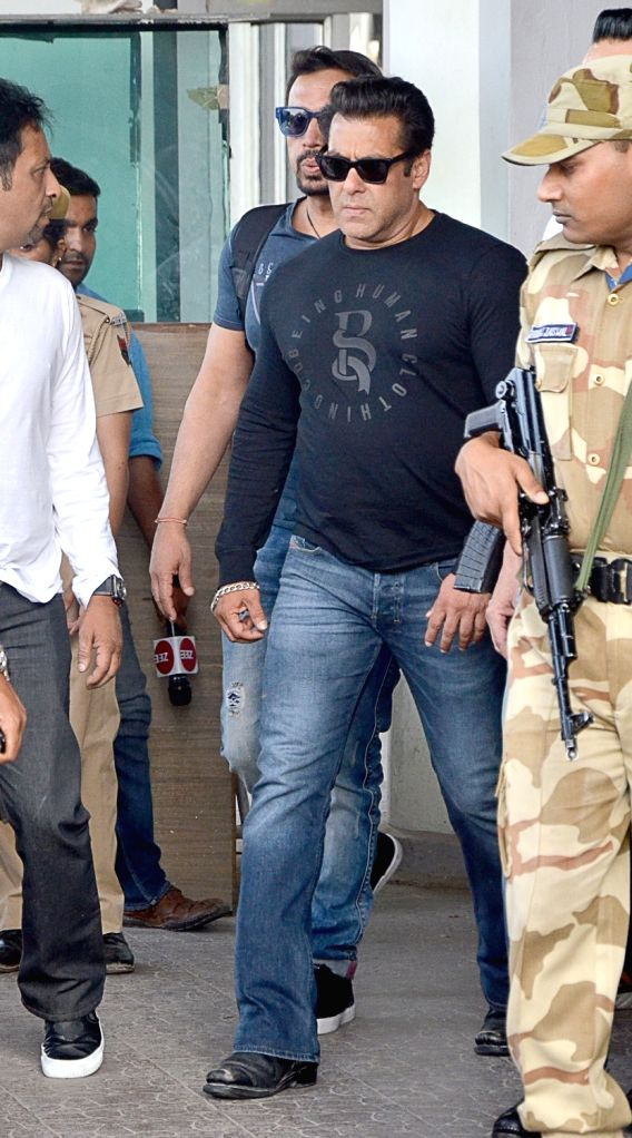Actor Salman Khan arrives to appear before Jodhpur's Chief Judicial Magistrate (CJM) Rural Court in connection with the hearing in black buck poaching case, on April 4, 2018. - Salman Khan
