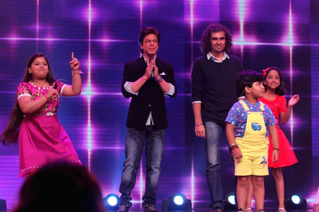 """Actor Shah Rukh Khan and filmmaker Imtiaz Ali promote their upcoming film """"Jab Harry Met Sejal"""" on the set of SaReGaMaPa Little Champs, in Mumbai on August 01, 2017. - Shah Rukh Khan"""