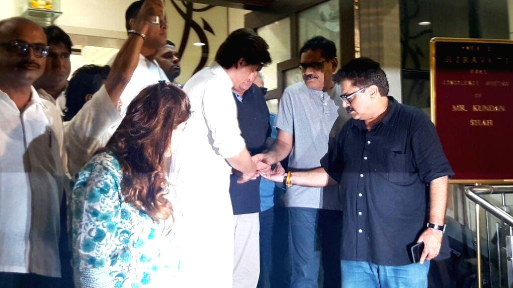 Actor Shah Rukh Khan at the prayer meet of director Kundan Shah who died on 7th October at the age of 69, in Mumbai, on Oct 10, 2017. - Shah Rukh Khan and Kundan Shah
