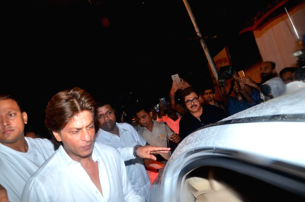Actor Shah Rukh Khan attand late Director Kundan Shah's prayer meet in Mumbai on Oct 10, 2017. - Shah Rukh Khan and Kundan Shah