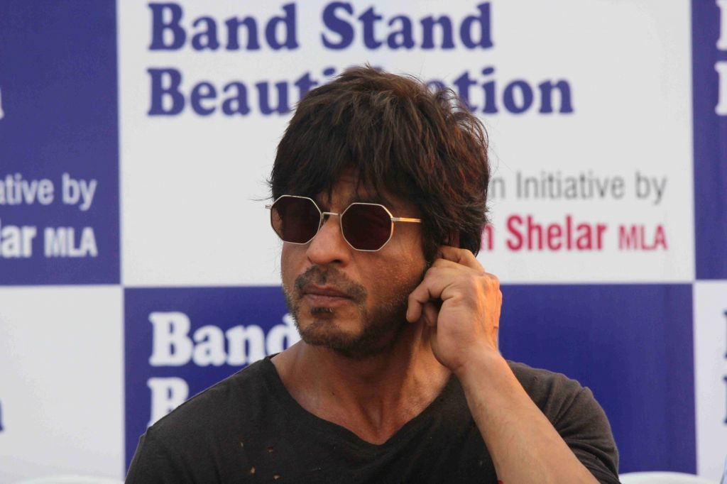 Actor Shah Rukh Khan during the bhumi poojan of Mohammed Rafi Chowk in Mumbai, on Oct 26, 2016. - Shah Rukh Khan