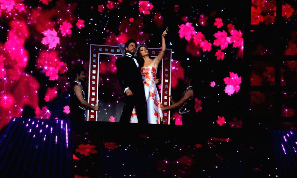Actor Shah Rukh Khan performs during the 61st Britannia Filmfare Awards in Mumbai on January 15, 2016. - Shah Rukh Khan