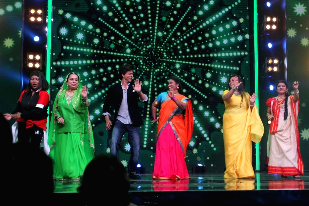 """Actor Shah Rukh Khan promote his upcoming film """"Jab Harry Met Sejal"""" on the set of SaReGaMaPa Little Champs, in Mumbai on August 01, 2017. - Shah Rukh Khan"""