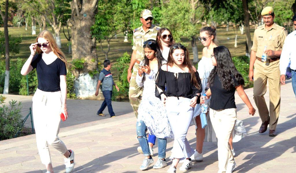 Actor Shah Rukh Khan's wife Gauri Khan and their daughter Suhana Khan during their visit to the Taj Mahal in Agra, on March 29, 2018. - Shah Rukh Kha, Rukh Khan and Suhana Khan
