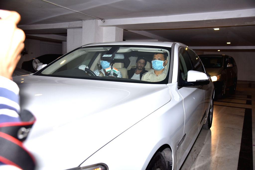 Actor Shah Rukh Khan seen outside filmmaker Karan Johar's house in Mumbai on March 18, 2020. - Shah Rukh Khan