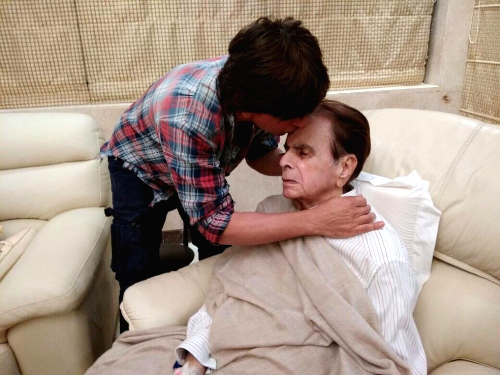 Actor Shah Rukh Khan visits Dilip Kumar's residence in Mumbai on Aug 15, 2017. - Shah Rukh Khan and Dilip Kumar