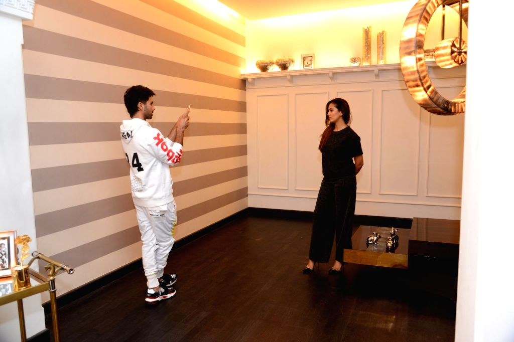Actor Shahid Kapoor busy clicking the pictures of his wife Mira Rajput during their visit to interior designer Gauri Khan's store in Mumbai, on Feb 2, 2019. - Shahid Kapoor and Khan