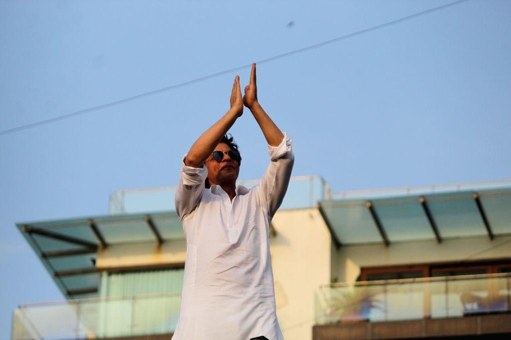 Actor Shahrukh Khan during a fan meet from the balcony of Mannat on Eid-ul-Fitr celebrations, in Mumbai, on June 5, 2019. - Shahrukh Khan