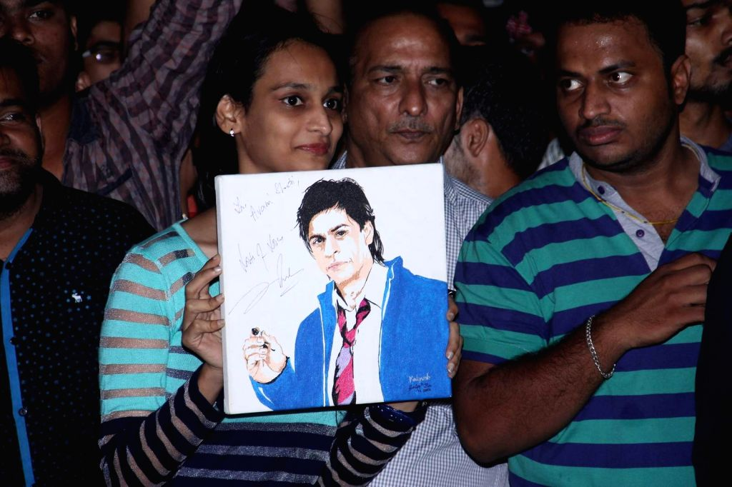 Actor Shahrukh Khan's fans outside his residence on the eve of Shahrukh Khan 50th birthday in Mumbai, on Nov 2, 2015.