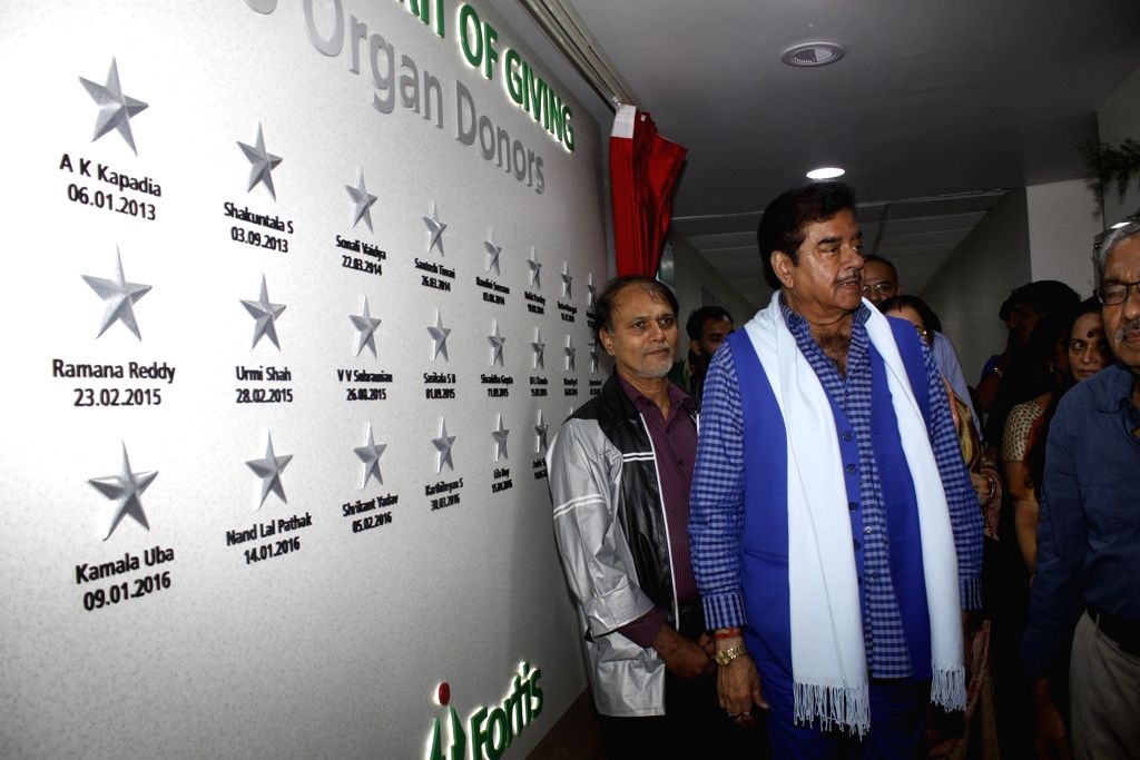 Actor Shatrughan Sinha during the unveiling of the Wall of Tribute and felicitating the families of organ donors at Fortis Hospital, in Mumbai on Aug 5, 2016. - Shatrughan Sinha