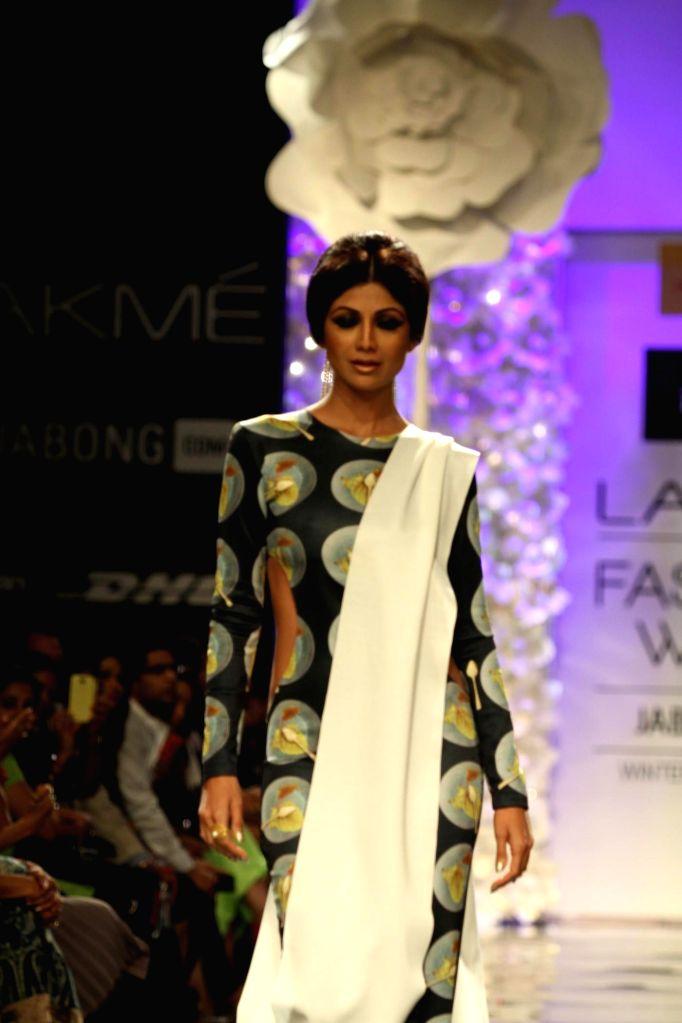 Actor Shilpa Shetty walks on the ramp for designer Masaba Gupta`s show during the Lakme Fashion Week (LFW) Winter/ Festive 2014 in Mumbai, on Aug. 20, 2014. - Shilpa Shetty