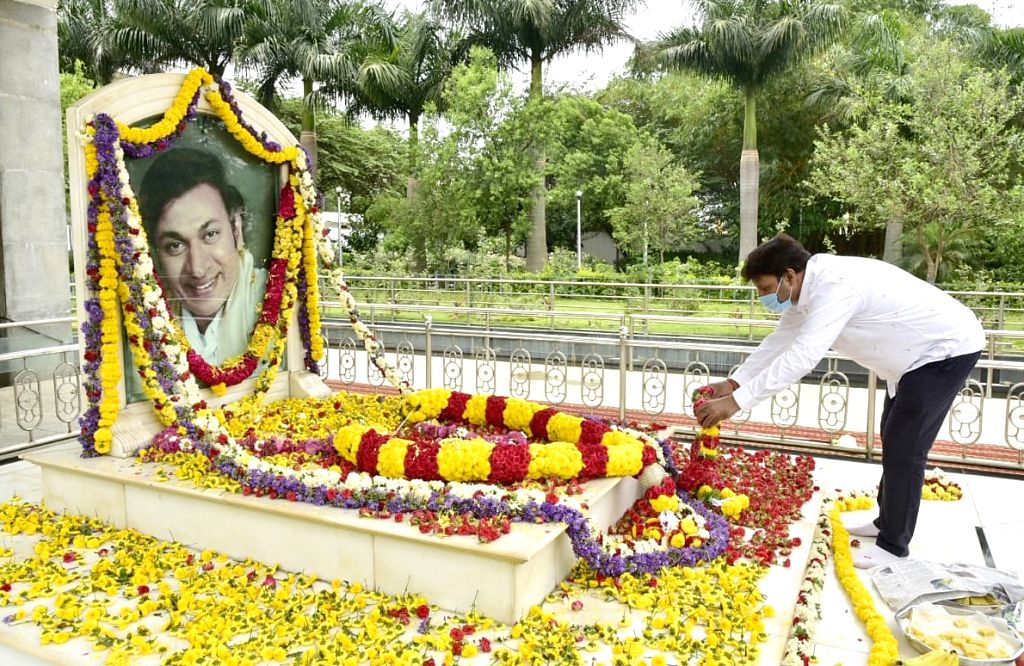 Actor Shiva Rajkumar pays tributes to his father Rajkumar??? on his birth anniversary at his memorial in Bengaluru during the extended nationwide lockdown imposed to mitigate the spread of ... - Shiva Rajkumar