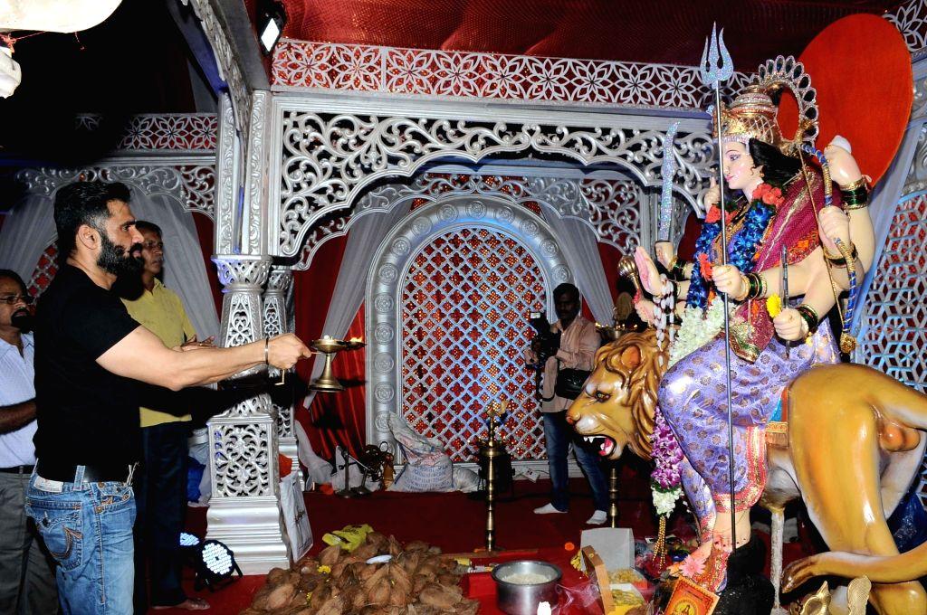 Actor Sunil Shetty visits Worli Sarvajanik Navratra Mahostav Mandal pandal during Navratri in Mumbai on Oct 7, 2016. - Sunil Shetty