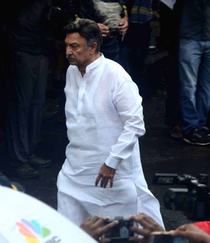 Actor Suresh Oberoi attends the funeral of late actor-filmmaker Shashi Kapoor in Mumbai on Dec 5, 2017. The romantic screen icon of the 1970s and early 1980s died aged 79. The cause of death ... - Suresh Oberoi and Shashi Kapoor