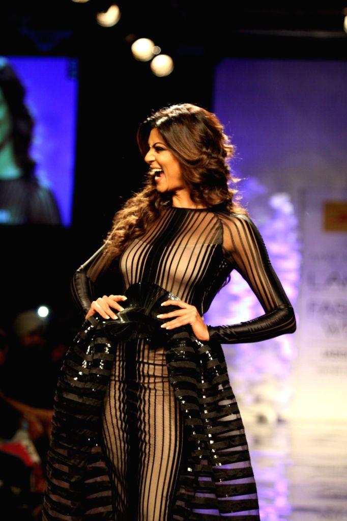 Actor Sushmita Sen walks on the ramp for designer Amit Agarwal`s show during the Lakme Fashion Week (LFW) Winter/ Festive 2014 in Mumbai,on Aug 20, 2014. - Sushmita Sen