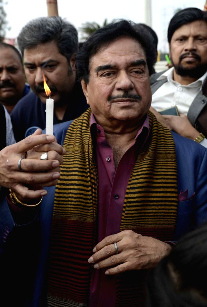 Actor turned politician Shatrughan Sinha lights a candle to pay tribute to the 49 CRPF men killed in 14 Feb Pulwama attack in Patna on Feb 16, 2019. - Shatrughan Sinha