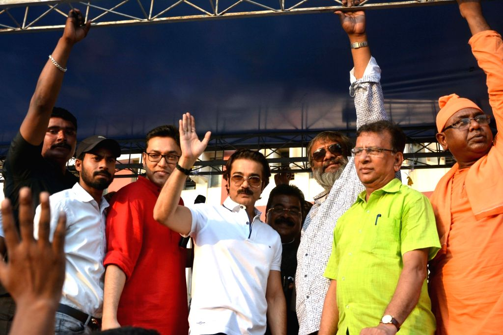 Actor-turned-producer Prasenjit Chatterjee, singer Anupam Roy, filmmaker Kaushik Ganguly and others during an eye donation awareness rally in Kolkata, on April 13, 2018. - Prasenjit Chatterjee and Anupam Roy