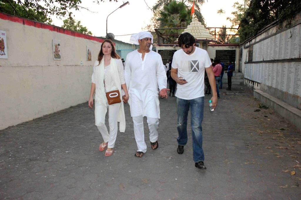 Actor Vindu Dara Singh during the funeral of his mother and Late wrestler-actor Dara Singh's wife Surjit Kaur Randhawa in Mumbai  on March 22, 2016. - Vindu Dara Singh and Surjit Kaur Randhawa